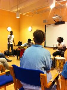 Anna Samuelsson lyssnar på ungdomar från organisationen Pendo Amani